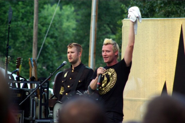 photo-TFK-band-Thousand-Foot-Krutch-falls-apart