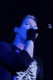 photos-Trevor-McNevan-leader-Thousand-Foot-Krutch